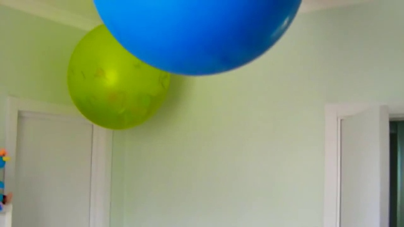 Лопаем огромные шары с конфетти,киндер сюрпризами и маленькими воздушными шариками