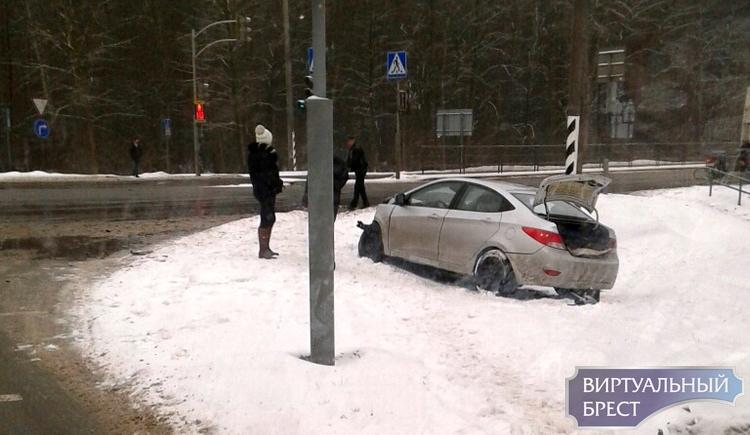 На перекрёстке у д. Черни на М1 произошло ДТП - машина в кювете