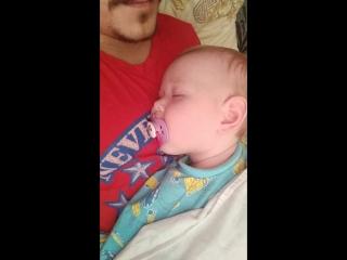 Маленький наш спит у папки