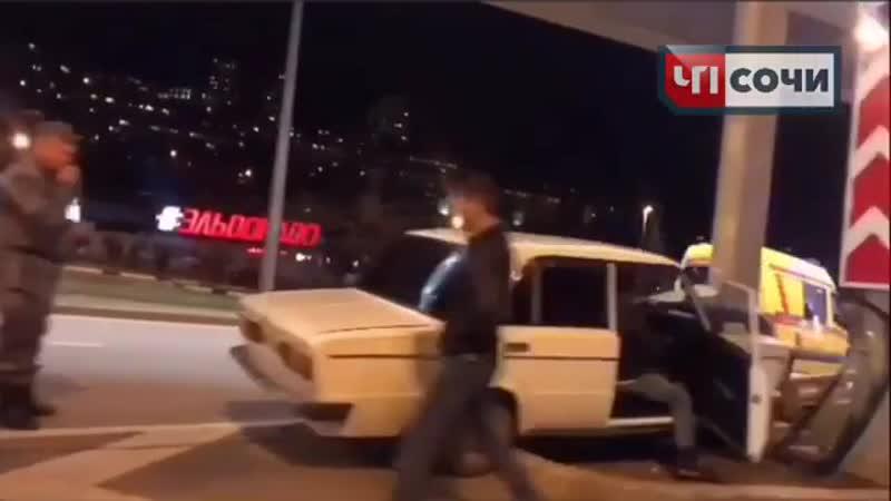 ДТП в центре Сочи - ВАЗ въехал в столб