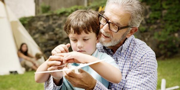Собираю на прогулку внуков. Получил от дочки соответствующую инструкцию. Старший внимательно рассматривает разложенные на кровати вещи. Затем задумчиво спрашивает у меня: - А футболку надевать -