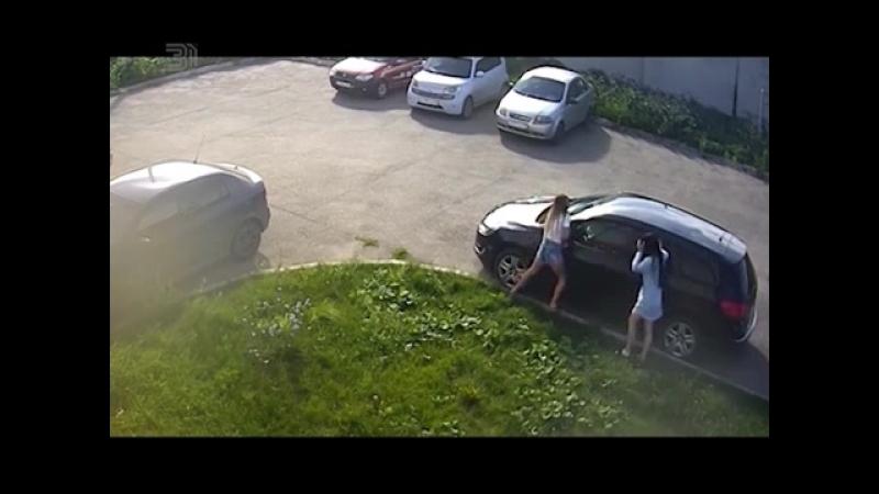 Пьяные подруги устроили автопати на машине. На чужой машине