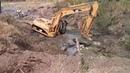 Трактор застрял в грязи.