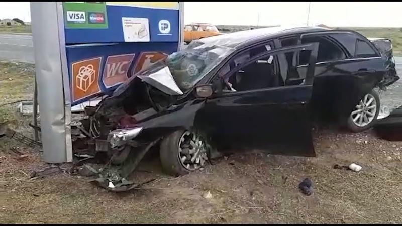 В Волгоградской области машина влетела в столб 1 человек погиб 4 пострадали