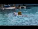 Ксюха плавает с дельфинами.
