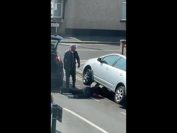 Die klauen von einem Auto den Katalysator ...