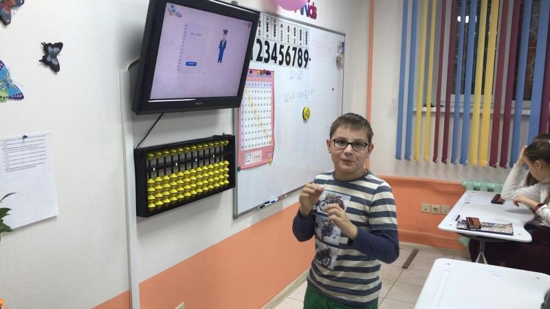 Матвей показывает как умеет считать двузначные числа на самой сложной теме- Анзан