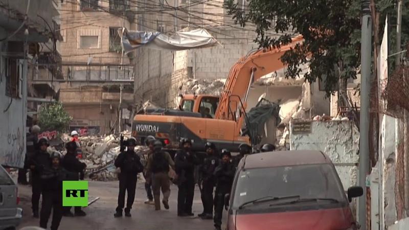 Fuerzas israelíes demuelen tiendas palestinas en un campo de refugiados