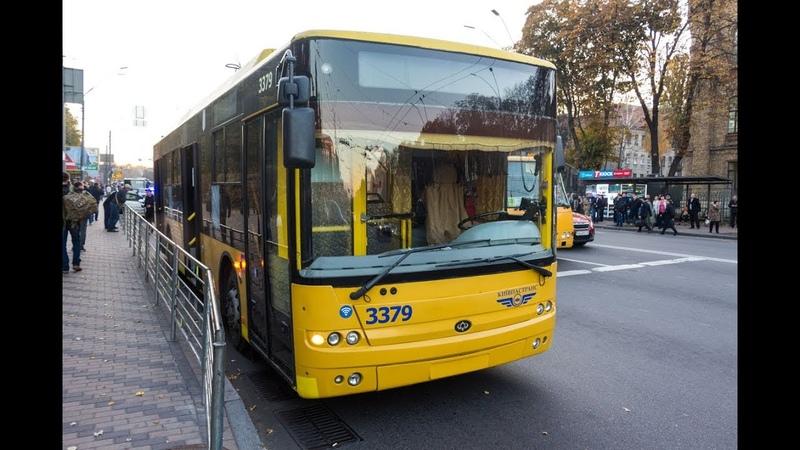 В Киеве на Воздухофлотском маршрутка разбила окна троллейбусу: пострадали пассажиры