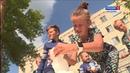 Костромские дети в 30 градусную жару развлекают себя игрой в снежки