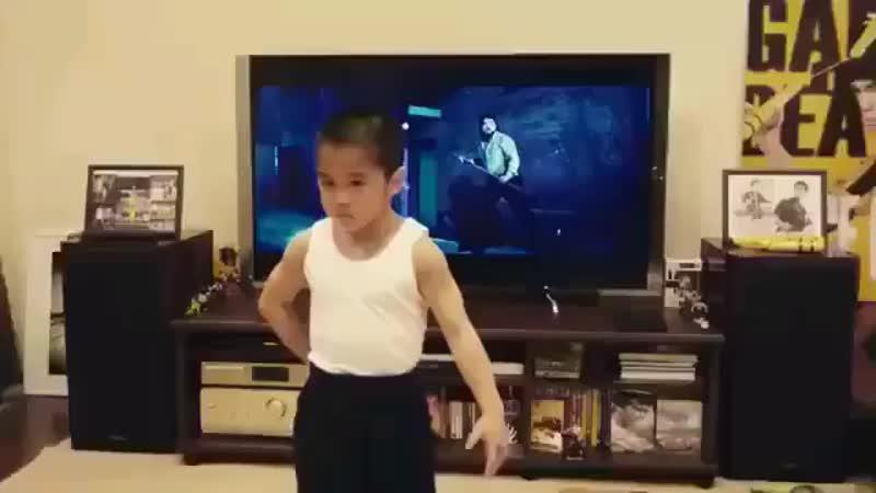 8-летний Брюс Ли