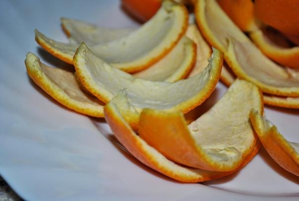 Апельсиновые корки на даче. Апельсин вкусный и сочный фрукт, который можно купить в ближайшем продуктовом магазине. Немногие знают, что его корки, которые обычно сразу выбрасываются в мусорное