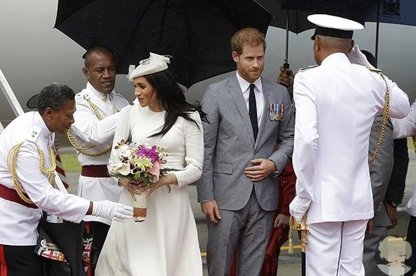 Меган Маркл и принца Гарри торжественно встретили в аэропорту Фиджи