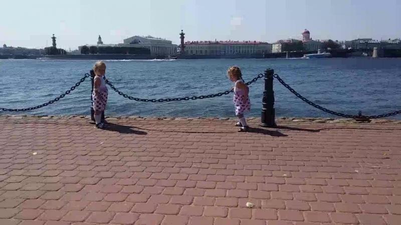 просто две скромные, слабенькие, маленькие леди)