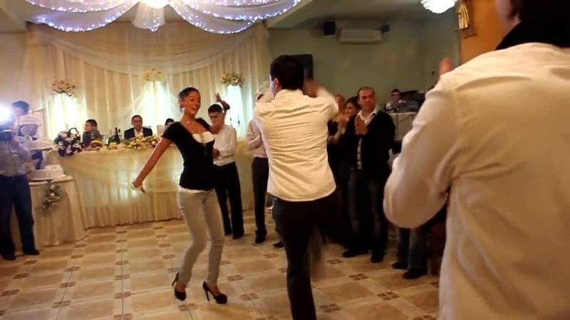 Ребята из ансамбля Сухишвили танцуют на грузинской свадьбе.