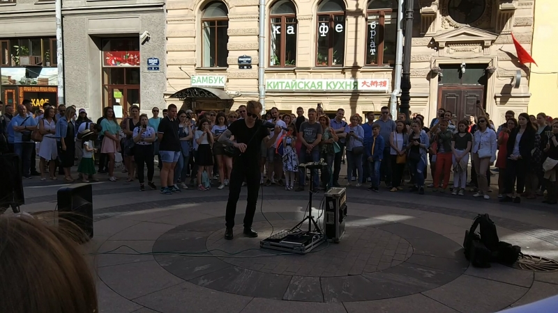 А тем временем, рядом с Дворцовой площадью, Санкт-Петербург. Люблю свой город!