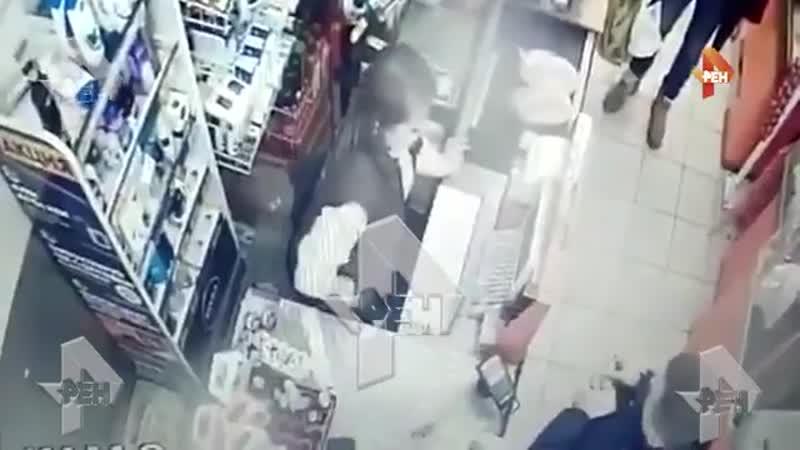 Покупатель с фальшивой купюрой напал на девушку кассира