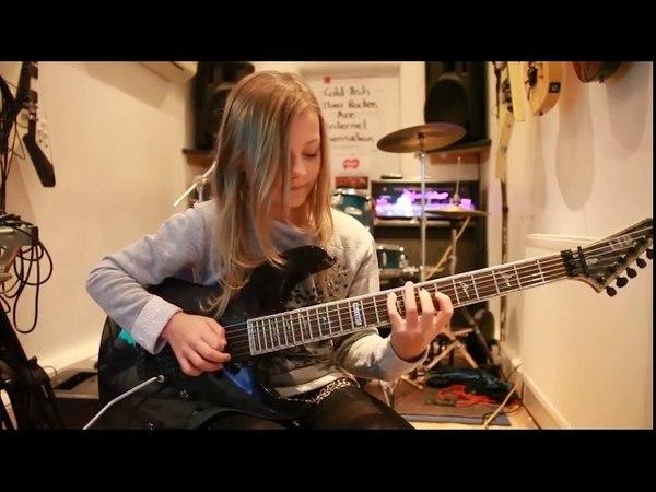 Маленькая 7-летняя гитаристка. Она же в 10 и 12 лет.