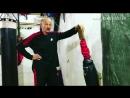 Тренер показывает боковой удар в программе Точка отрыва С Бадюка