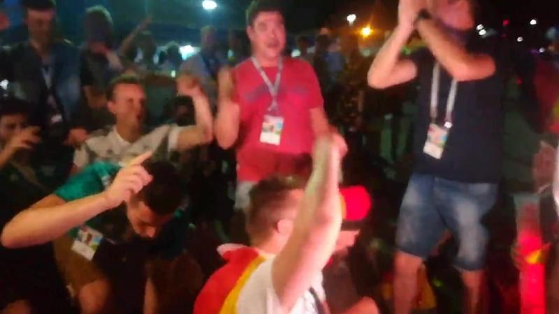 Немецкие фанаты ликуют после матча