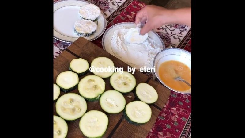 Кабачки и баклажаны с сметанно-чесночным соусом