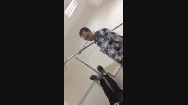 Малолетние уебаны сняли на видео наезд на продавца консультанта