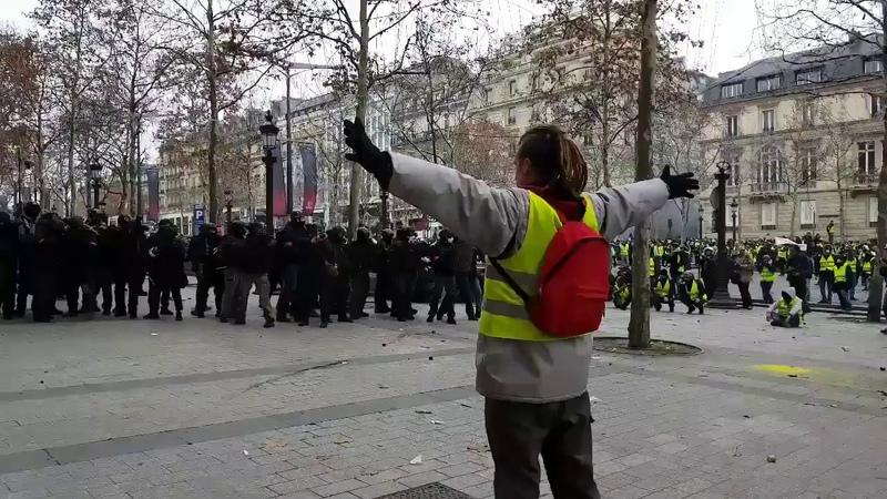 Беспорядки во Франции - полиция применяет против участников газ и резинки - слышна русская речь