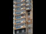 +18 В Красноярске пьяный мужчина залез в чужую квартиру и сорвался с балкона, когда полиция пыталась его спасти.