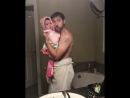 Папа и дочка поют песню Girls like you Maroon 5