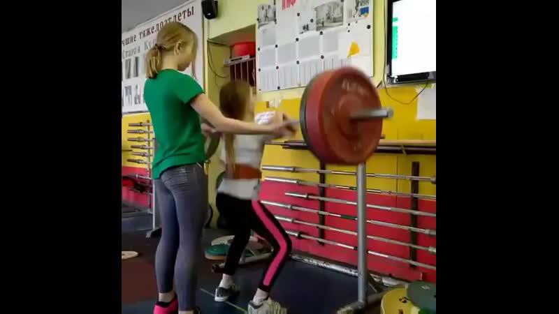 Елизавета Ротанова приседает 40 кг