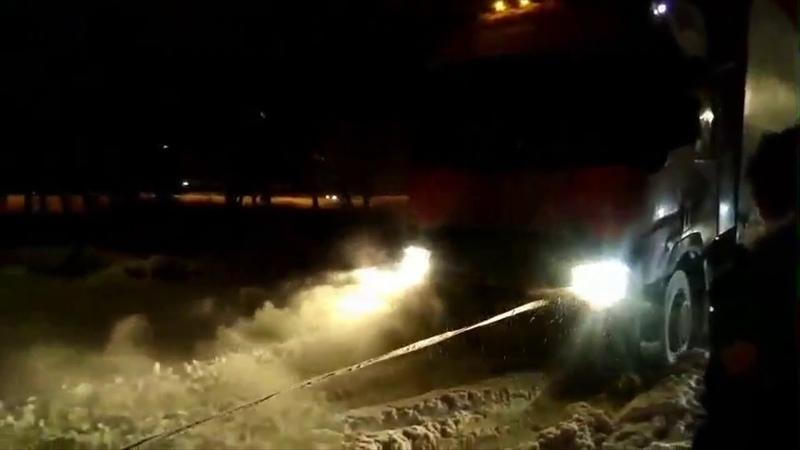 Два джипа вытянули фуру в Чувашии