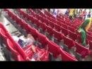 Японские и сенегальские болельщики убирают мусор за собой после матчей