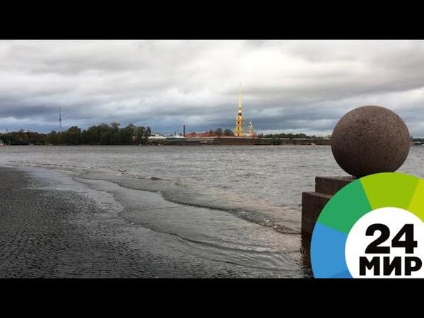 Петербург после шторма: берега Невы остаются затопленными - МИР 24