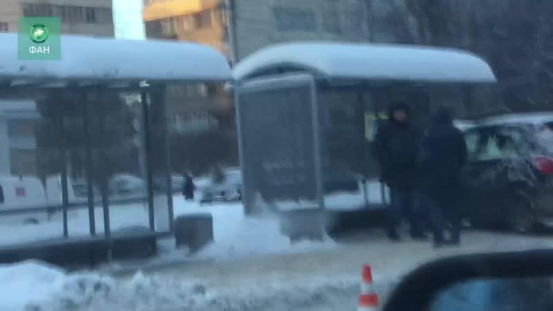 Автомобиль влетел в остановку с людьми в Петербурге