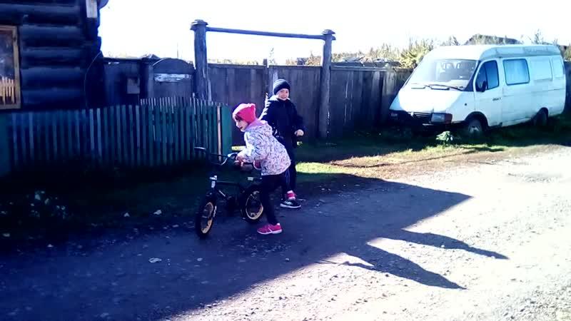 Настя и Ваня На велосипеде В деревне Большой Балчуг Красноярский край Россия