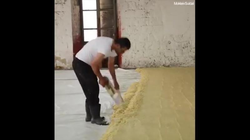 Production artisanale de savon dans lancienne fabrique traditionnelle de savon du centre de Naplouse, en Palestine