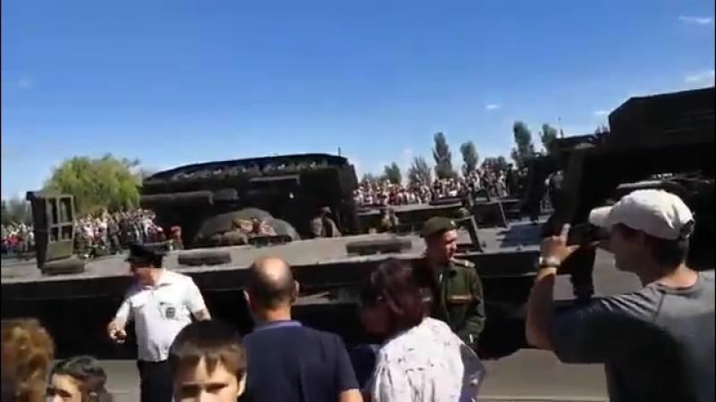В Курске перевернулся Т 34 и чуть не раздавил стоявших рядом вояк