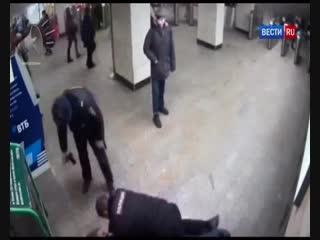 Контролер дала отпор вооруженному безбилетнику в московском метро - Россия 24