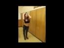 Малолетки танцуют во время уборки в школе.