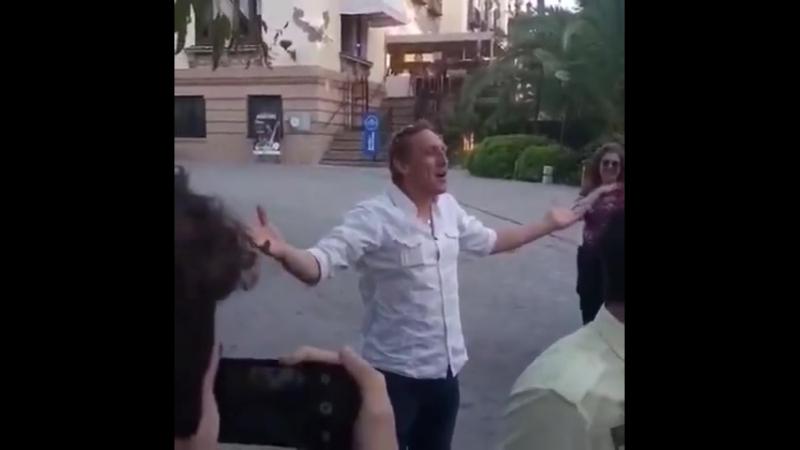 Vladimír Furdík Rei da Noite ontem se divertindo com os fãs na porta do hotel Af