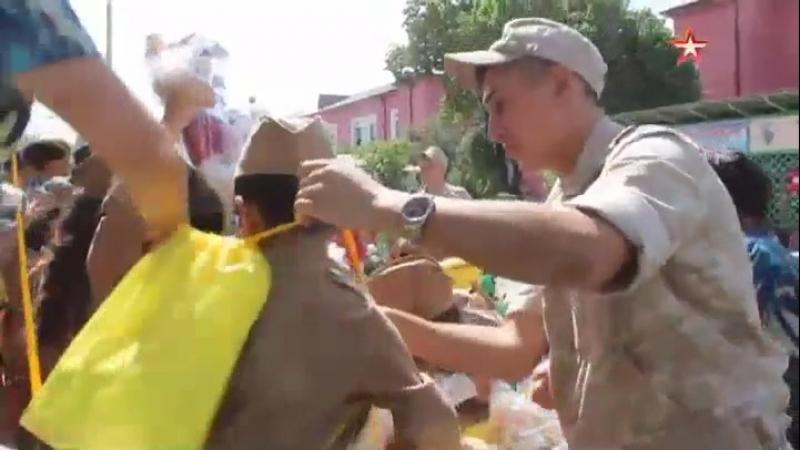 Российские военные в Таджикистане вручили подарки детям-героям интернет-хита «Смуглянка»