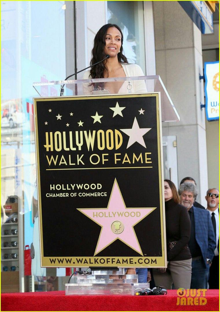 Зои Салдана получила именную звезду на голливудской Аллее славы изоражения