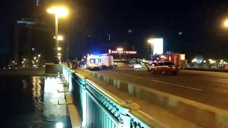 Иностранец решил перелететь на автомобиле разведенный мост в Петербурге и попал в больницу
