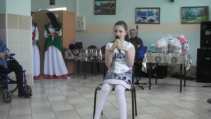 Алина выступает в доме престарелых