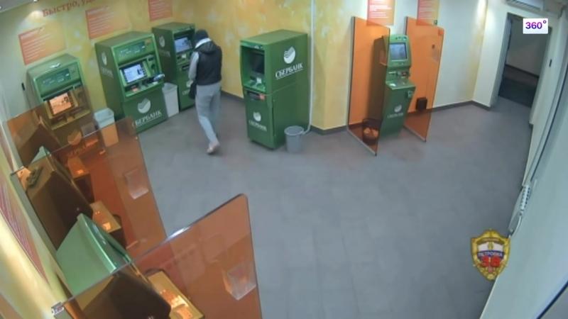 Мигрант из средней Азии показал, как можно открыть банкомат!