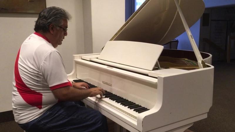 Футбольный болельщик из Перу играет на рояле и поёт в Челябинске. Без зависаний