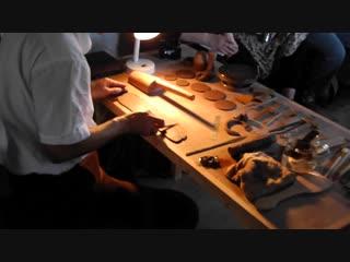 """Мастер zhou leach показывает процесс лепки чайника в гончарной """" leach pottery"""" (сент-айвс, великобритания)"""