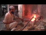 В пакистанском Карачи сформировалась новая профессия: метельщики-золотодобытчики. Эти люди часами метут улицу и собирают грязь,