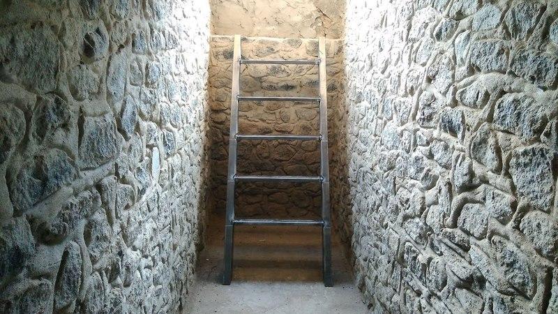 Варим лестницу в подвал и красим двери
