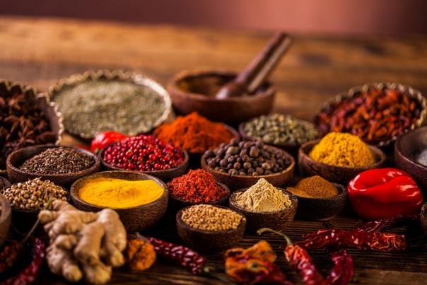 Разница между специями и приправами В своем увлечении кулинарией многие не задумываются о правильном названии тех или иных пищевых компонентов. К примеру, не все точно знают, чем отличаются